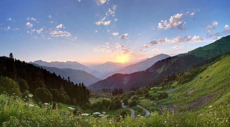 Solnedgång i bergen av Kaukasuset Sochi royaltyfria bilder