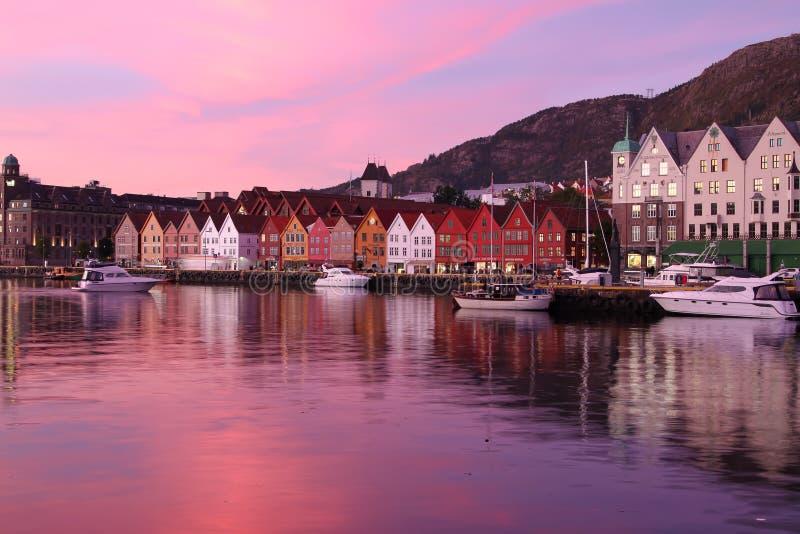 Solnedgång i Bergen, Norge arkivfoton