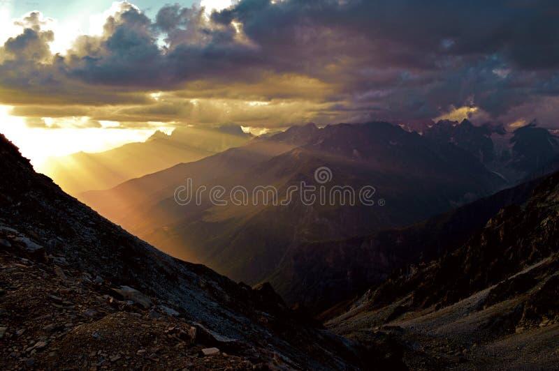 Solnedgång i bergen, Svaneti royaltyfri foto