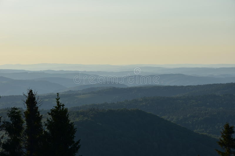 Solnedgång i Bieszczady berg royaltyfri bild