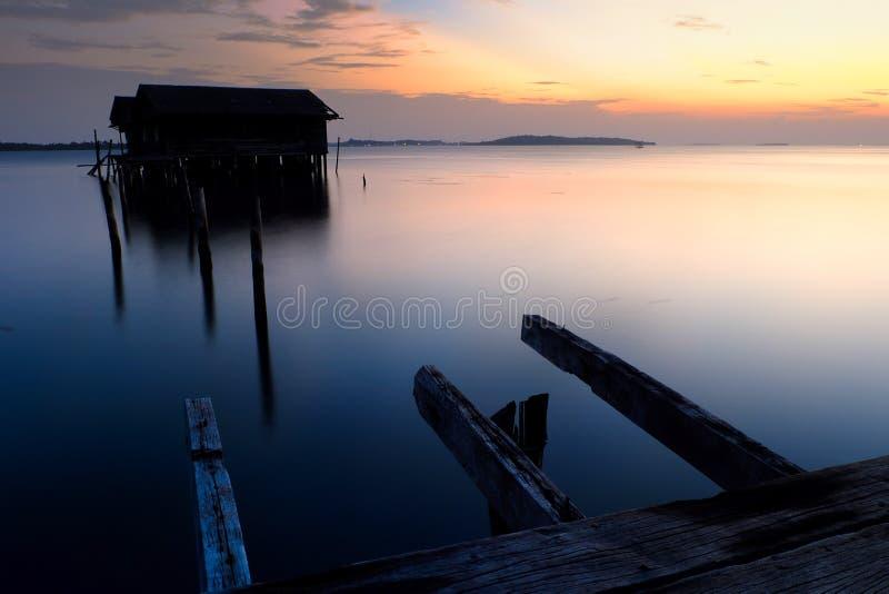 Solnedgång i bruten skeppsdocka arkivbild