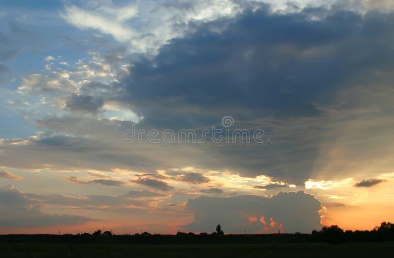 Solnedgång i byn Apelsin för molnig himmel royaltyfri fotografi
