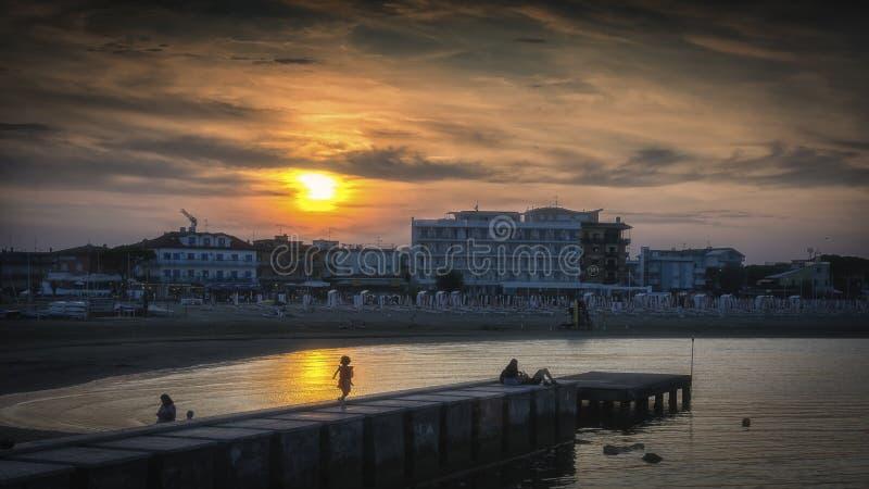 Solnedgång i Caorle-stranden fotografering för bildbyråer