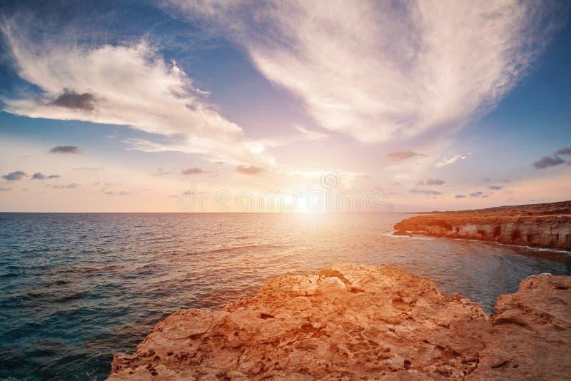 Solnedgång i Cypern - hav för medelhavkust grottor nära Ayia Napa arkivfoto