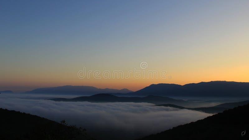 Solnedgång i de Crimean bergen fotografering för bildbyråer