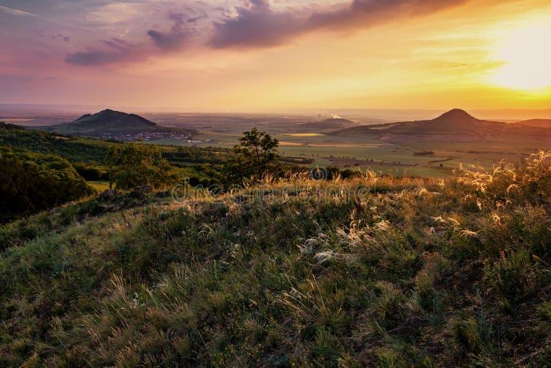 Solnedgång i de forntida vulkaniska bergen av centrala Bohemia arkivfoton