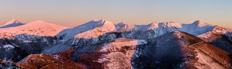 Solnedgång i de snöig bergen fotografering för bildbyråer