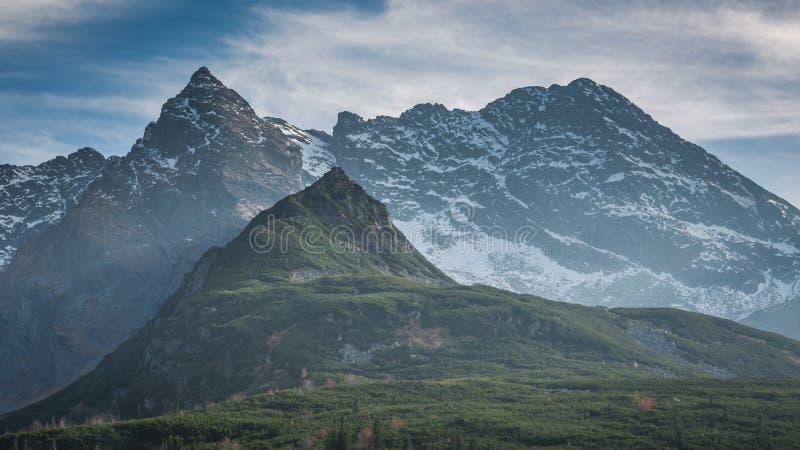 Solnedgång i de Tatra bergen i Polen i höst royaltyfri foto