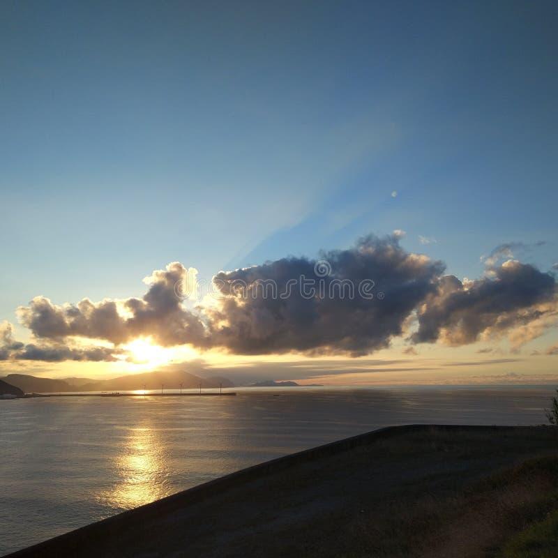 Solnedg?ng i den baskiska kusten arkivbild