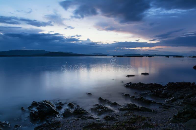 Solnedgång i den blåa timmen, Black Sea kust, Bulgarien arkivbild