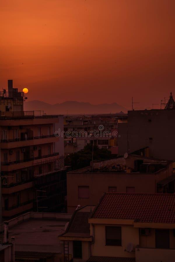 Solnedgång i den Cagliari staden arkivbild