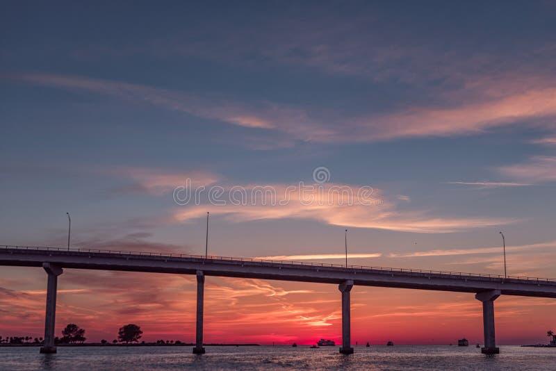 Solnedgång i den Clearwater stranden, Florida Landskap golf mexico Bro fotografering för bildbyråer
