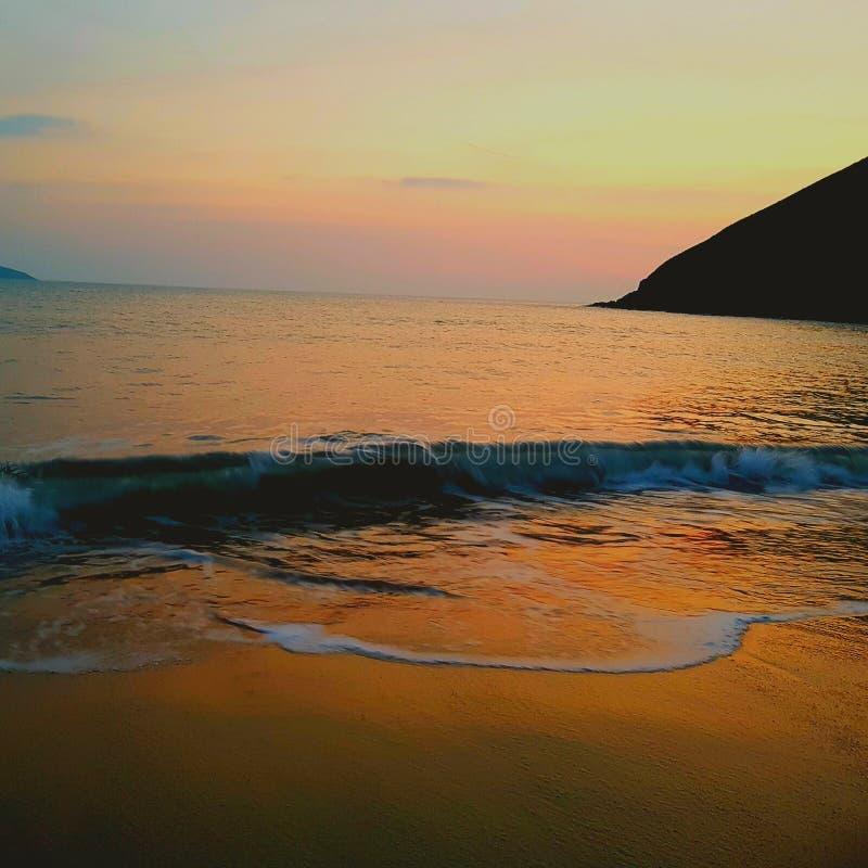 Solnedgång i den Cornwall stranden royaltyfri foto