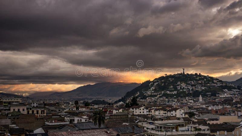 Solnedgång i den gamla stadQuito, Ecuador royaltyfri bild