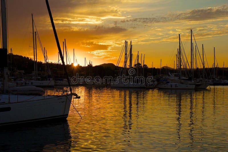 Solnedgång i den Gouvia marina, Korfu royaltyfri fotografi