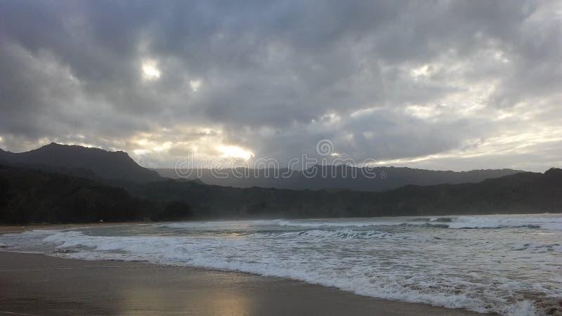 Solnedgång i den Hanalei fjärden på den Kauai ön, Hawaii arkivbilder