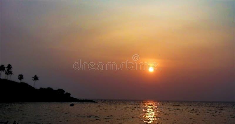 Solnedgång i den Kovalam stranden Indien royaltyfria bilder