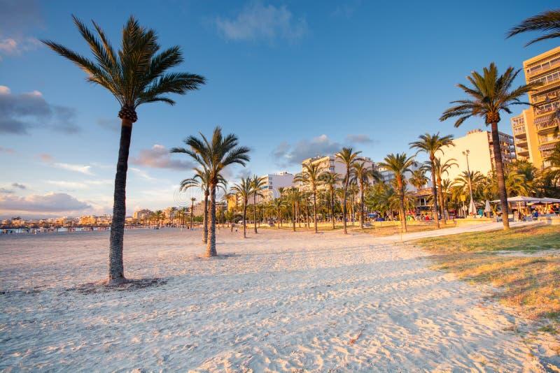 Solnedgång i den Las Maravillas kusten i Palma de Mallorca arkivbild