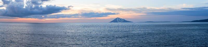 Solnedgång i den Manado staden, norr Sulawesi royaltyfri foto