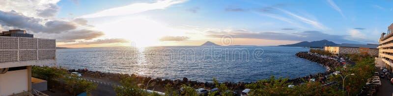 Solnedgång i den Manado staden, norr Sulawesi royaltyfria bilder