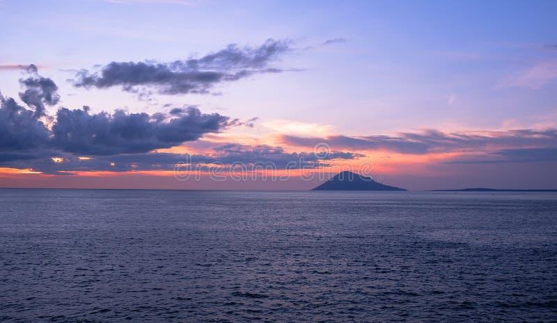 Solnedgång i den Manado staden, norr Sulawesi arkivbilder