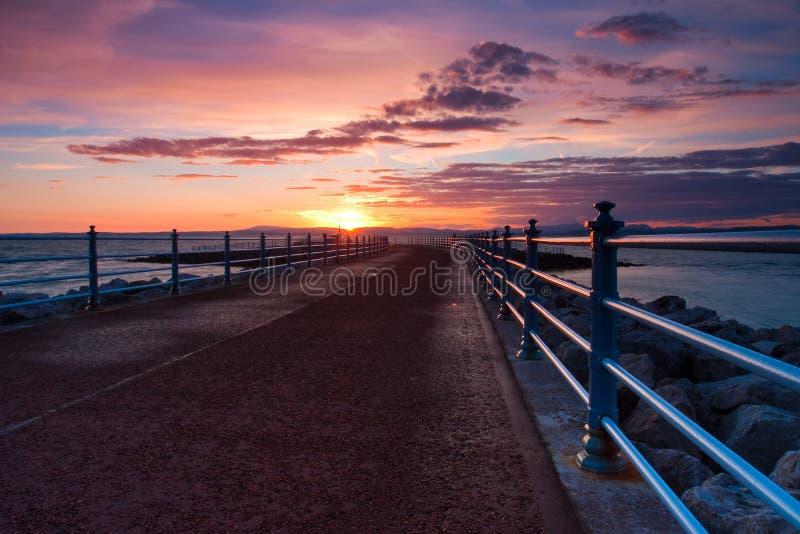 Solnedgång i den Morecambe fjärden i England arkivbild