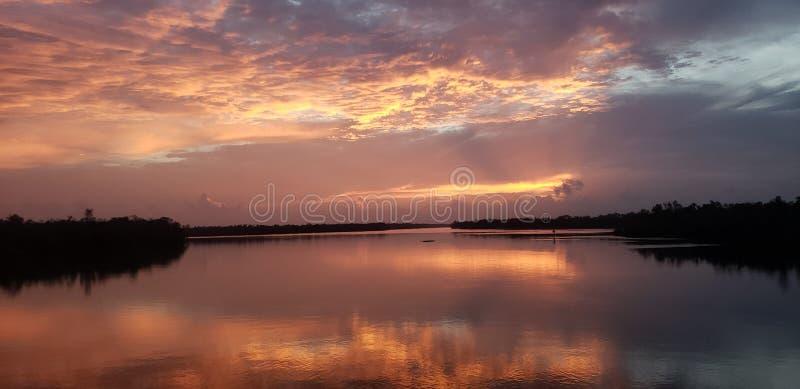Solnedgång i den Morgan staden royaltyfri bild