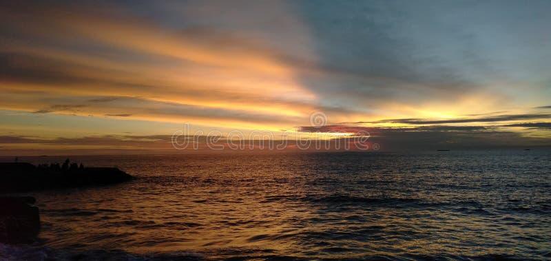 Solnedgång i den Muaro Lasak stranden arkivbilder