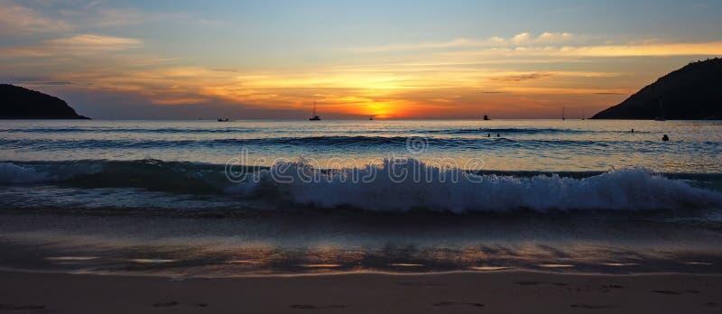 Solnedgång i den Nai Harn stranden Phuket arkivfoton
