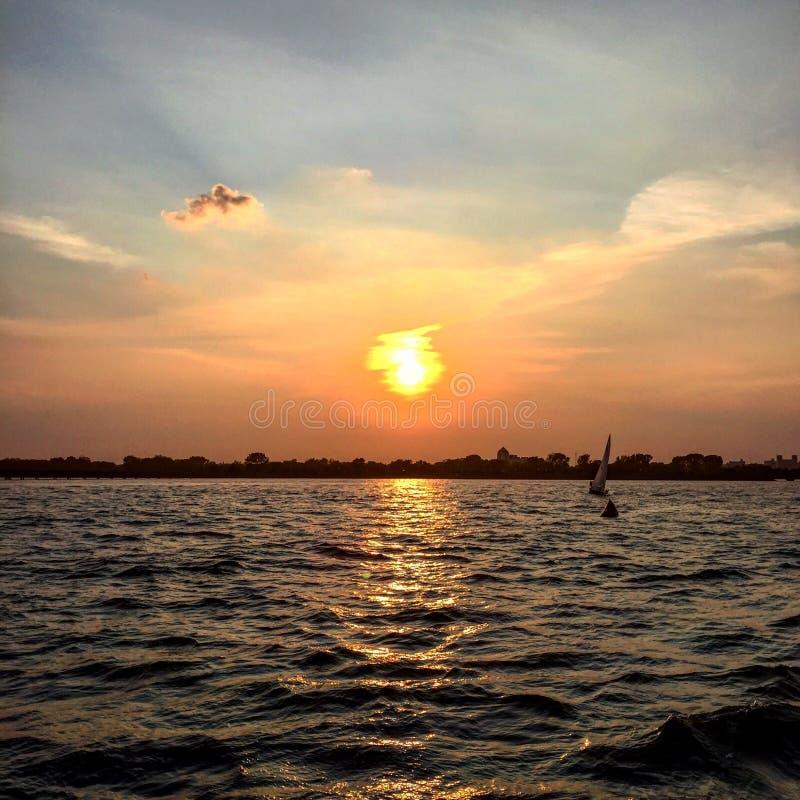Solnedgång i den New York hamnen royaltyfri foto