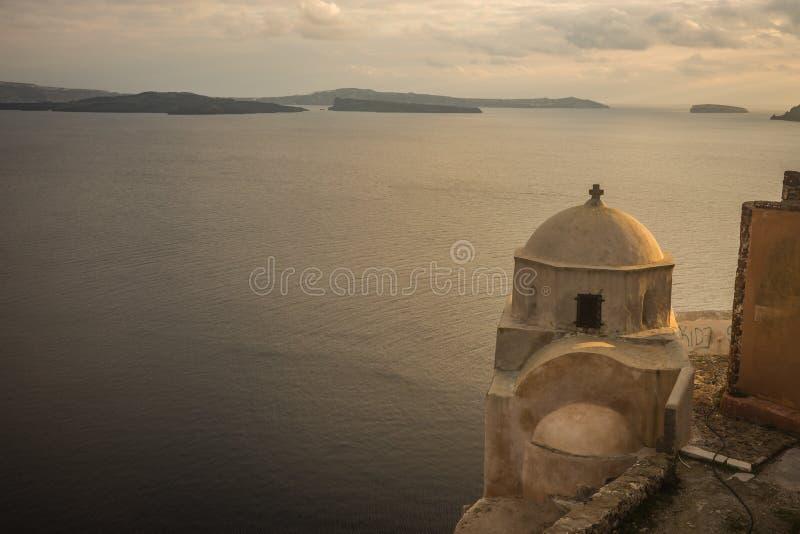 Solnedgång i den Oia staden, Santorini ö, Grekland royaltyfri bild