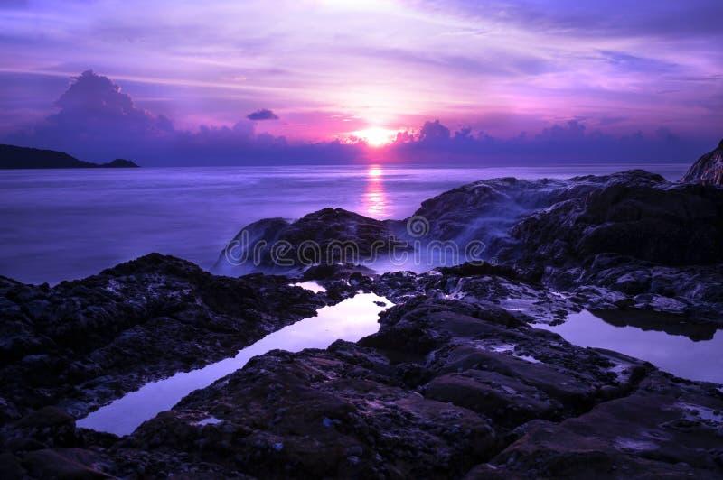 Solnedgång i den Patong klippan royaltyfria bilder