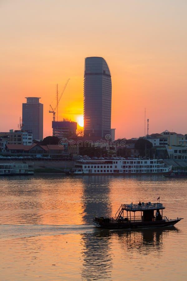 Solnedgång i den Phnom Penh staden och Mekonget River, Cambodja arkivfoton