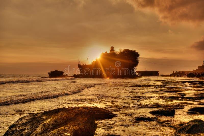 Solnedgång i den Tanah lotten, Bali royaltyfri foto