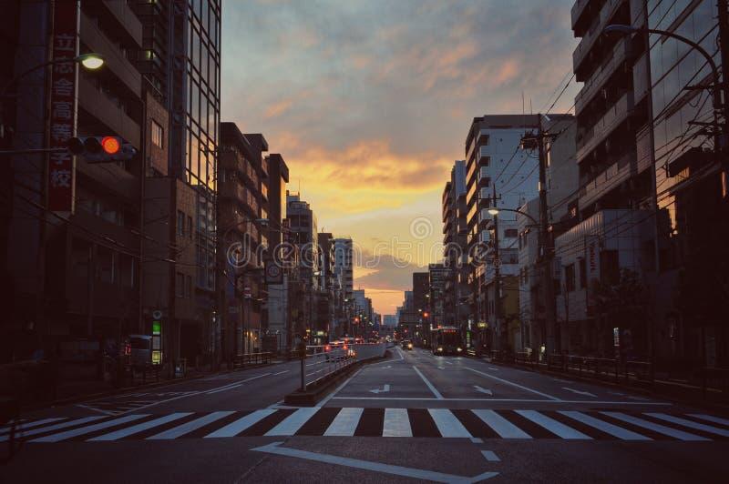 Solnedgång i den Tokyo staden royaltyfria bilder