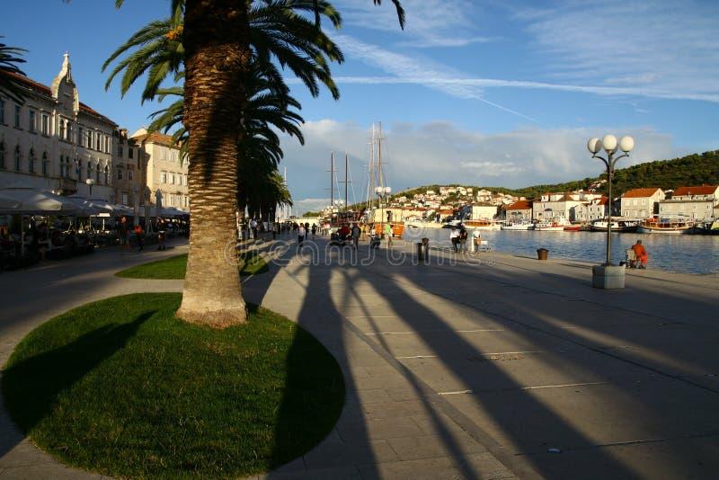 Solnedgång i den Trogir staden arkivbilder