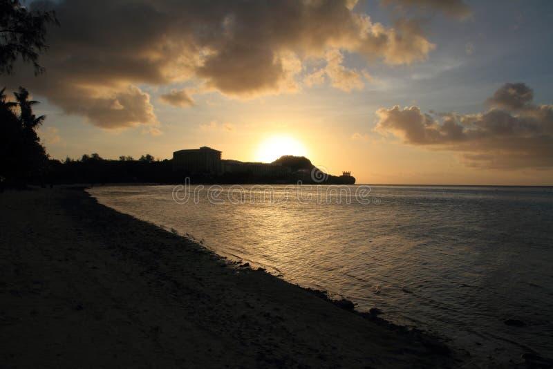 Solnedgång i den Tumon stranden royaltyfri foto