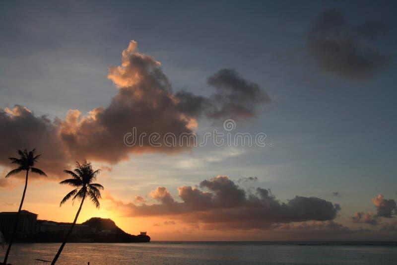 Solnedgång i den Tumon stranden arkivfoto