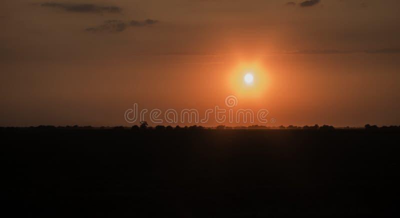 Solnedgång i den ukrainska stäppen arkivfoton