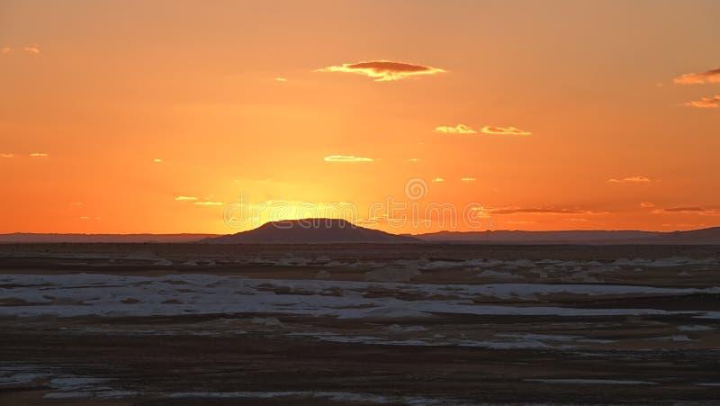 Solnedgång i den vita öknen i Egypten arkivbilder