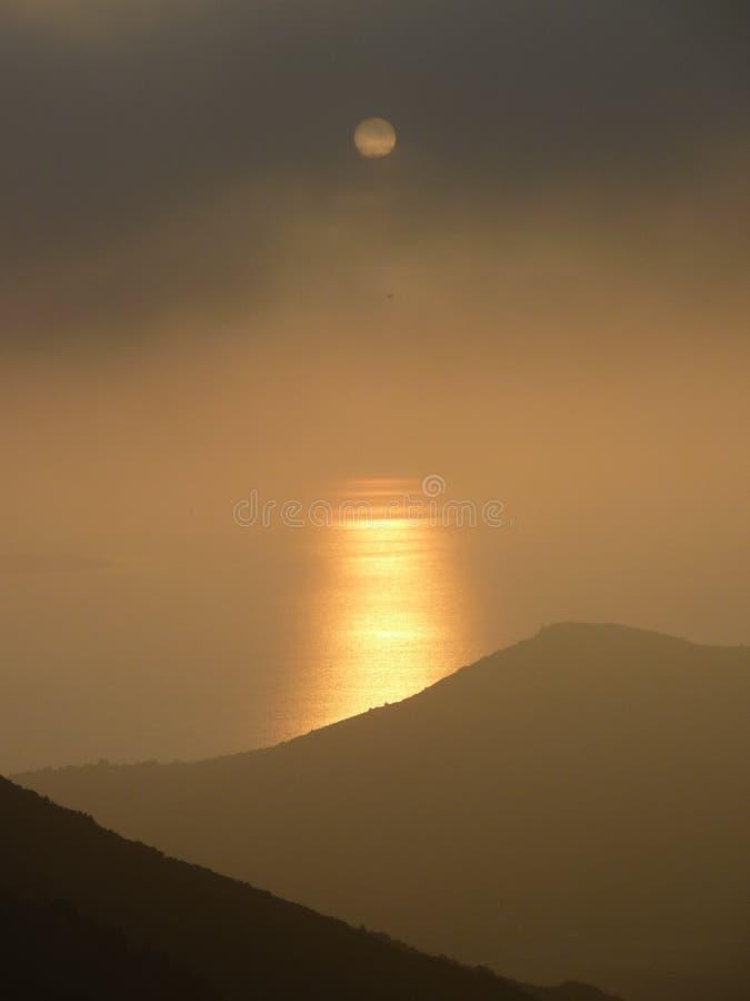Solnedgång i dimma i Korsika royaltyfri fotografi