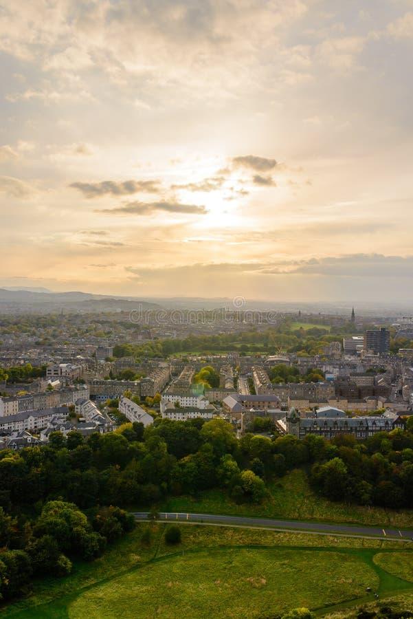 Solnedgång i Edinburg från Arthurs plats arkivfoton