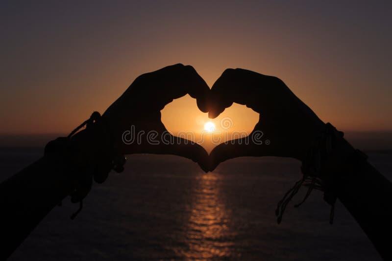 Solnedgång i en hjärta royaltyfria bilder