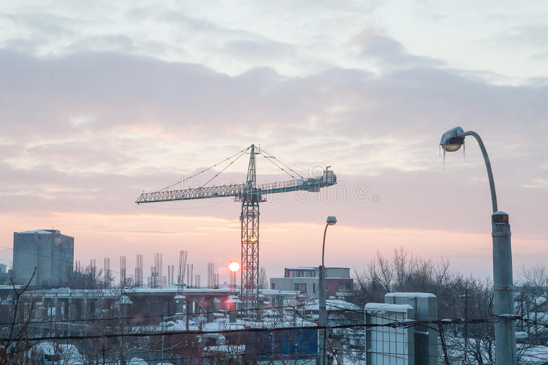 Solnedgång i en industriområde av staden royaltyfria foton