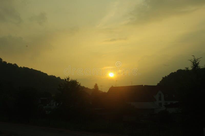 Solnedgång i en liten by royaltyfri bild