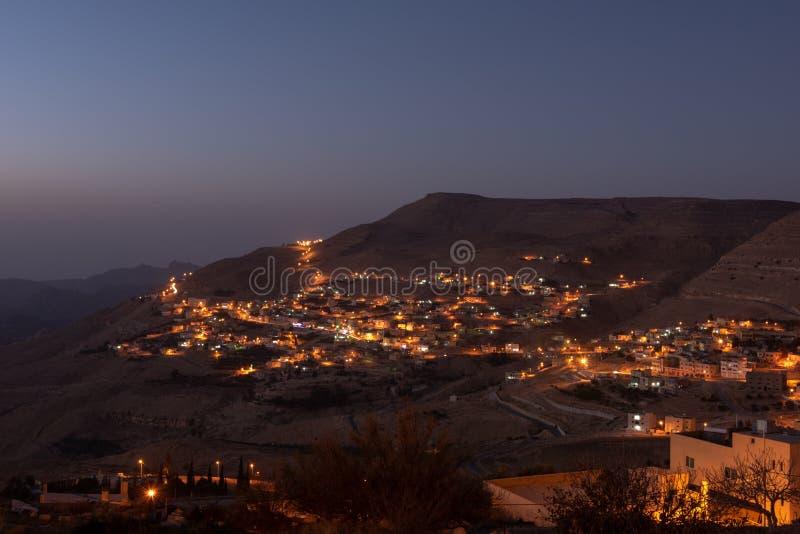 Solnedgång i en liten by i Jordanien arkivbild