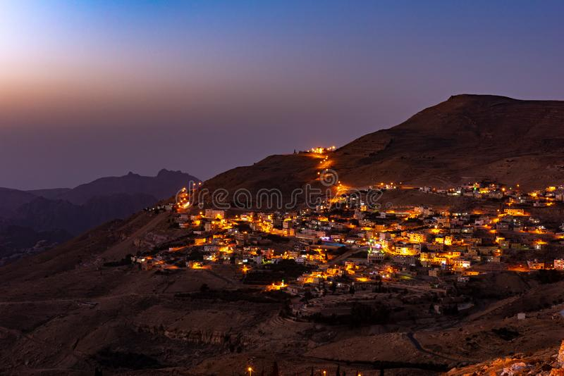 Solnedgång i en liten by i Jordanien royaltyfria bilder