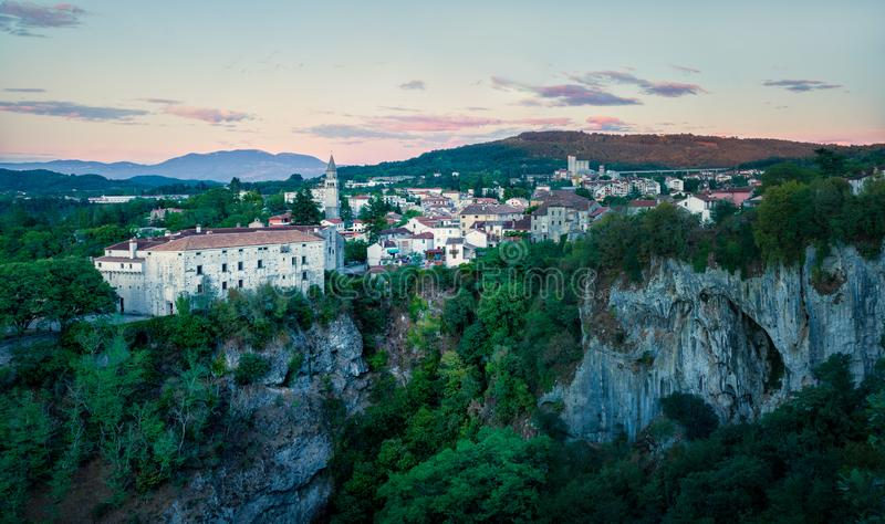 Solnedgång i en liten stad Pazin, Kroatien royaltyfria bilder