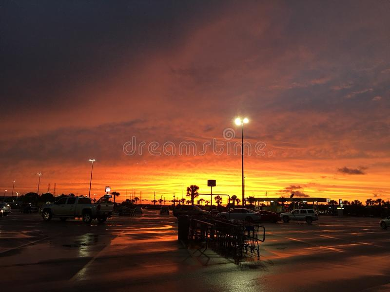 Solnedgång i en parkeringsplats i Texas royaltyfria bilder
