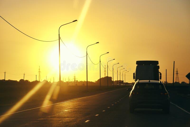 Solnedgång i en resa på vägen royaltyfri fotografi